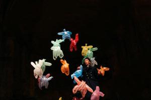 El manipulador es creador, distante, paternal, cruel; es quien decide cuánta vida, hasta cuándo, desde dónde, incluso por qué. Jean-Louis Ouvrard en la Iglesia de San Juan de los Caballeros. Imagen de Aina Zoilo